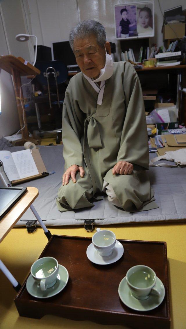 106567858.1퇴계 16대 종손 이근필 옹이 무릎 꿇고 손님과 대화를 나누는 모습..jpg